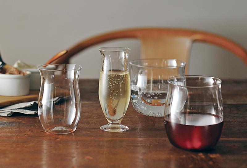 重ねて収納できる4つのワイングラスのセット